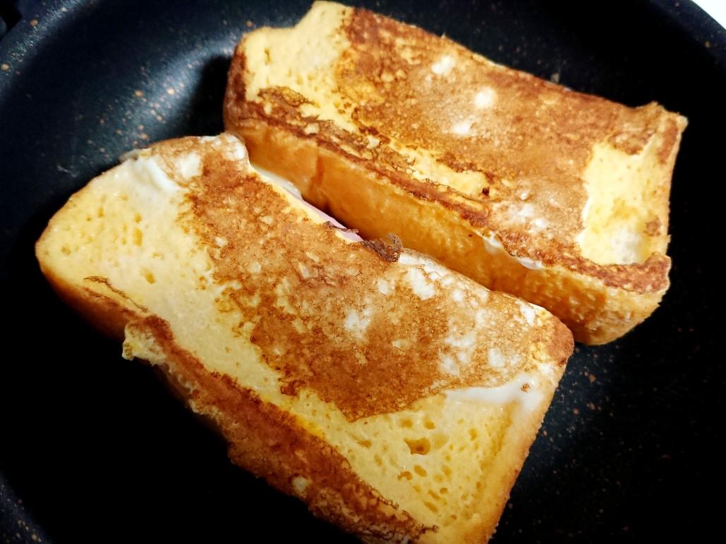 クロックムッシュをフライパンで焼いている