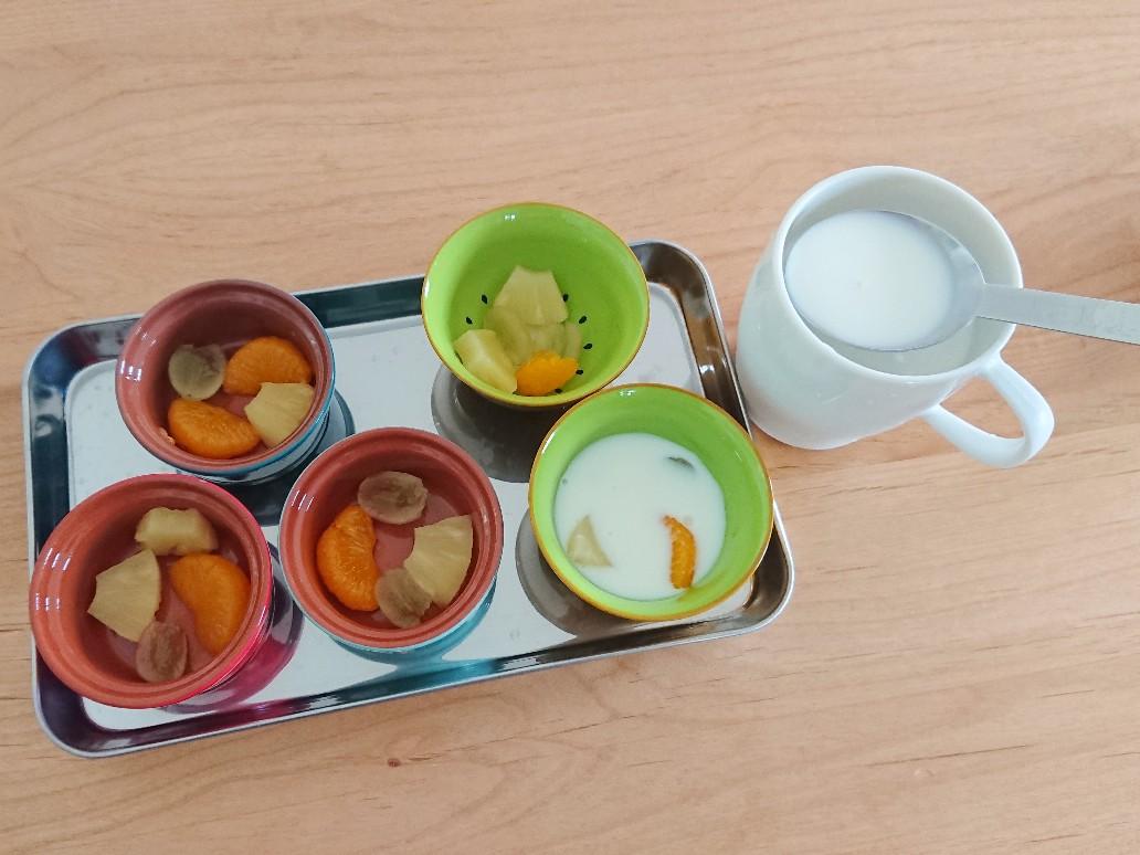 果物が入った器に牛乳液を入れる