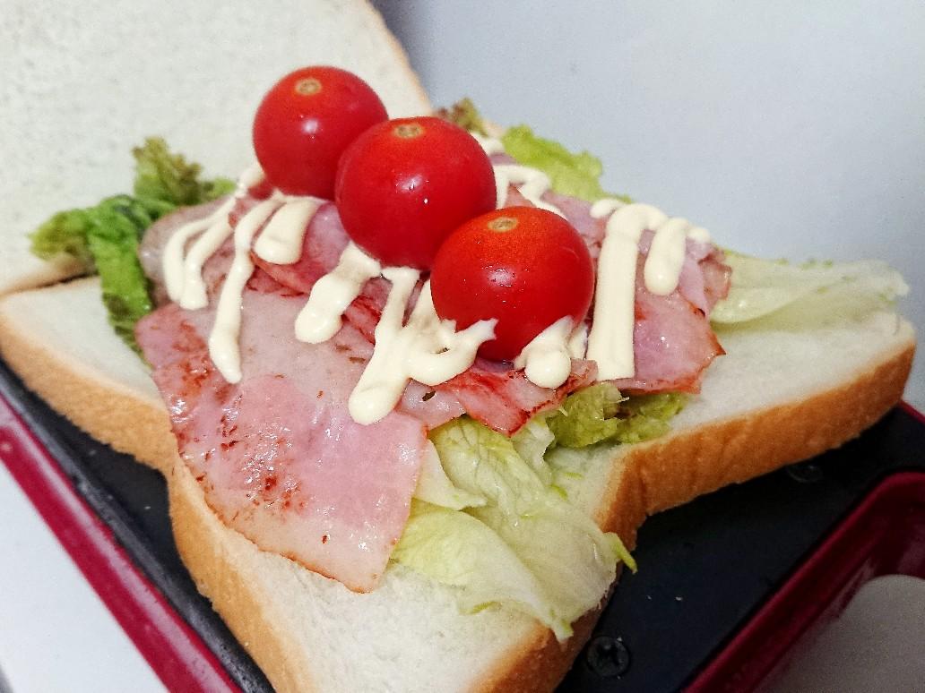 食パンの上にベーコンとレタスとトマト