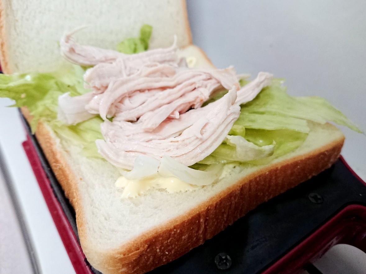 食パンの上にレタスと鶏肉