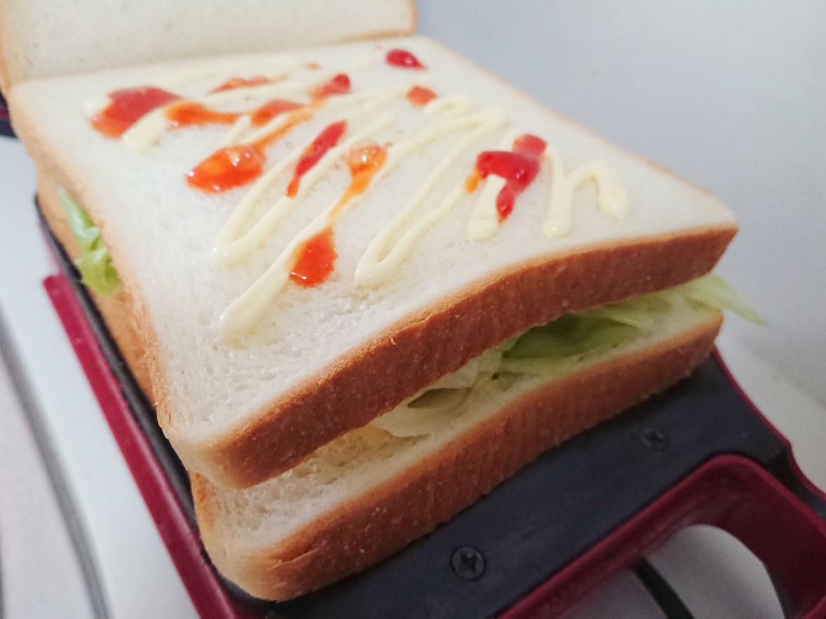 食パンにマヨネーズとケチャップ
