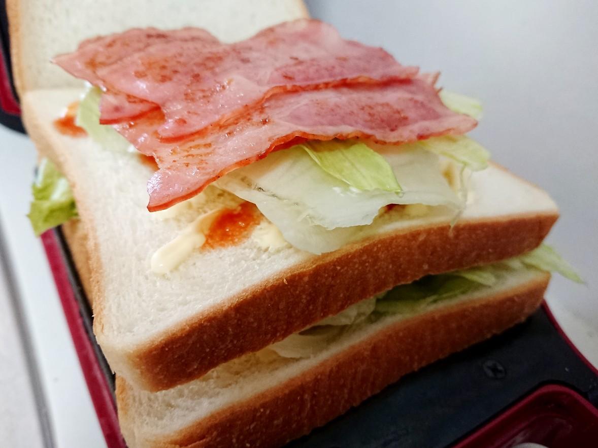 食パンの上にレタスとベーコン