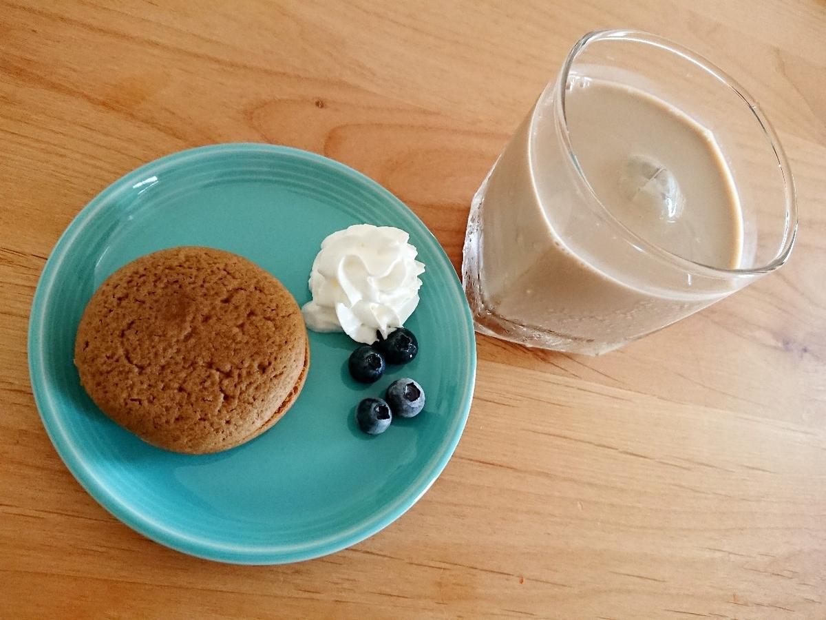 飲み物ととミルクティーケーキ