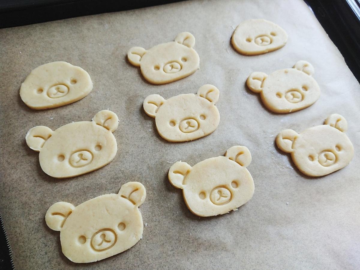 リラックマ型のクッキー生地