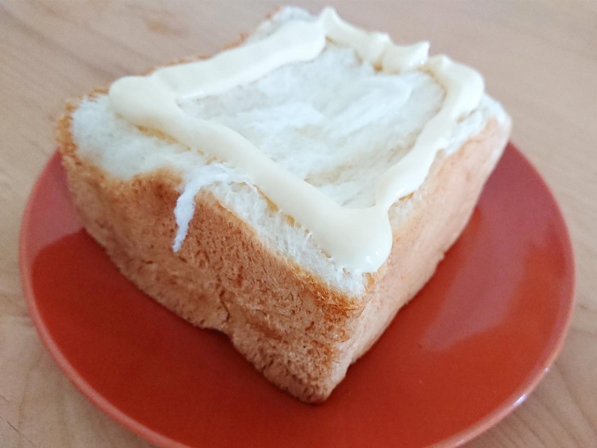 食パンをマヨネーズで囲む