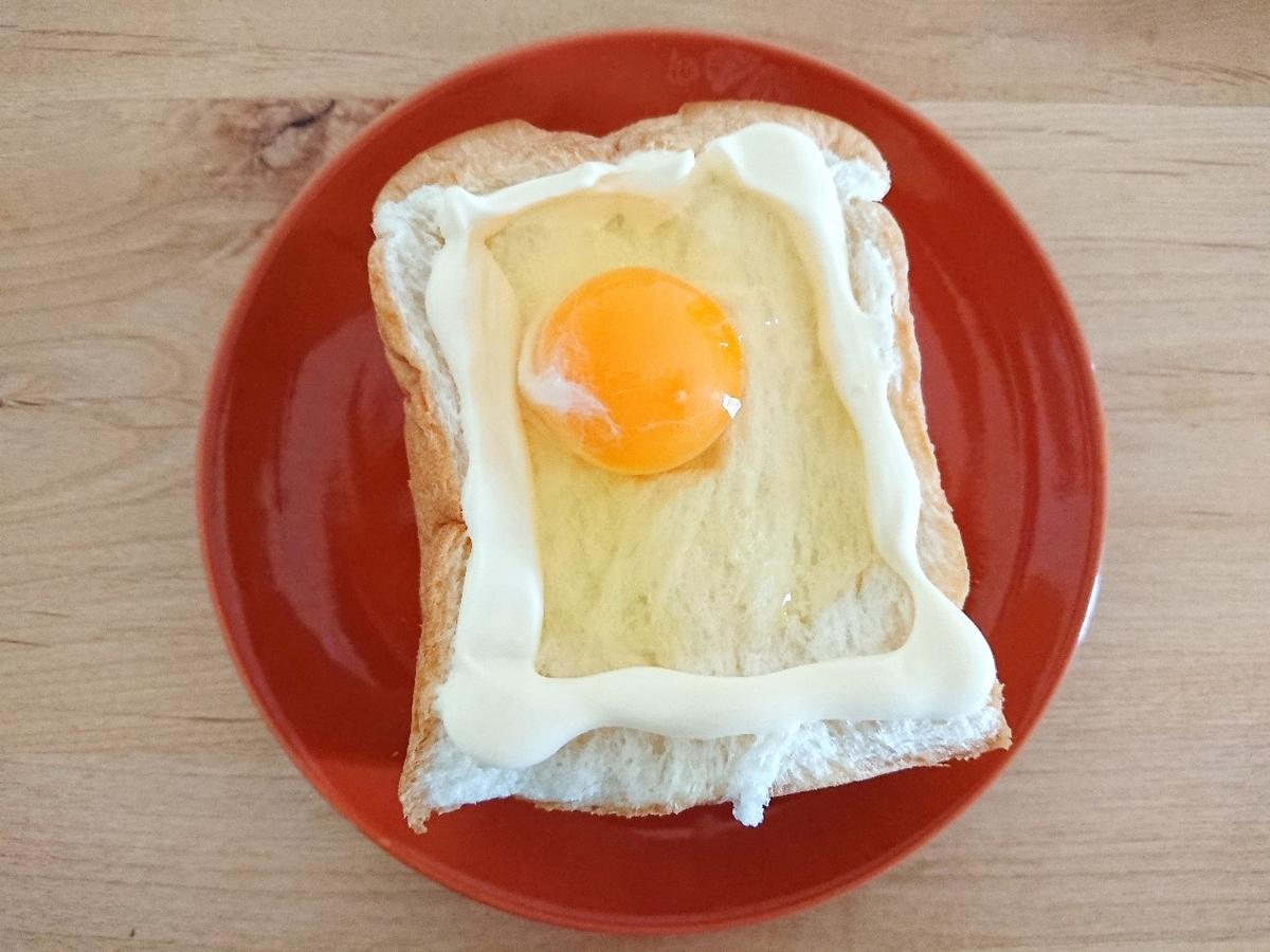 食パンの上にマヨネーズと生卵