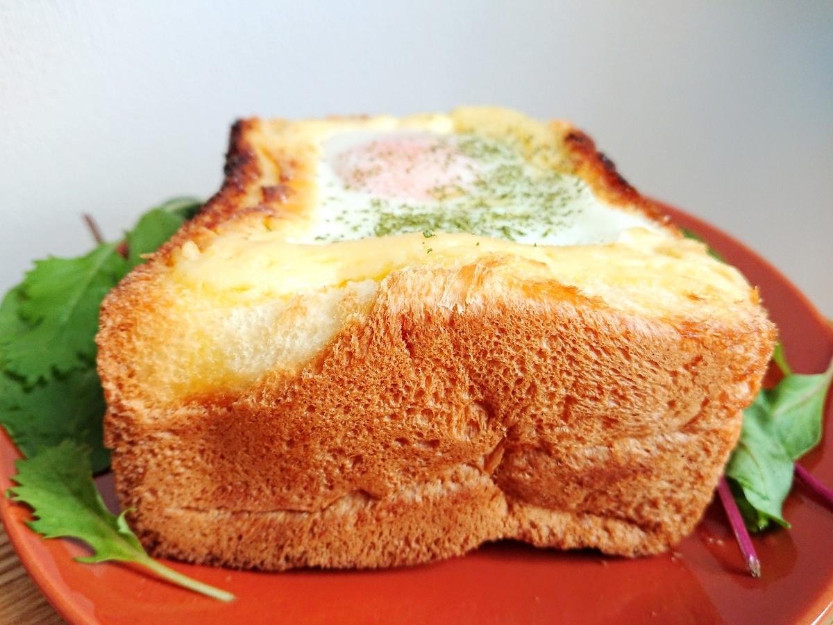 目玉焼きがのった分厚い食パン