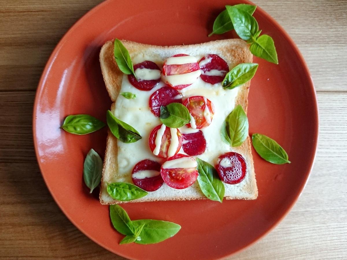 ピザトーストの上に生バジル