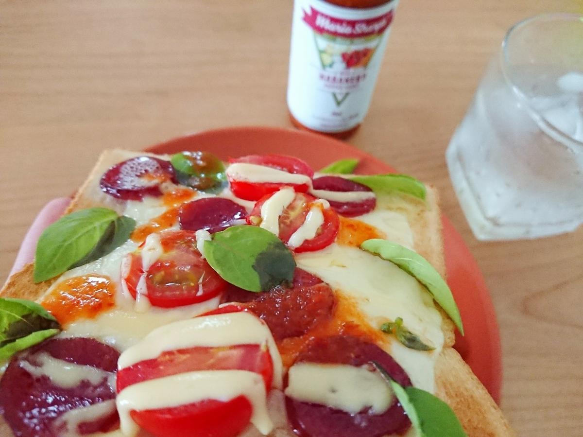 ピザトーストを食べる様子