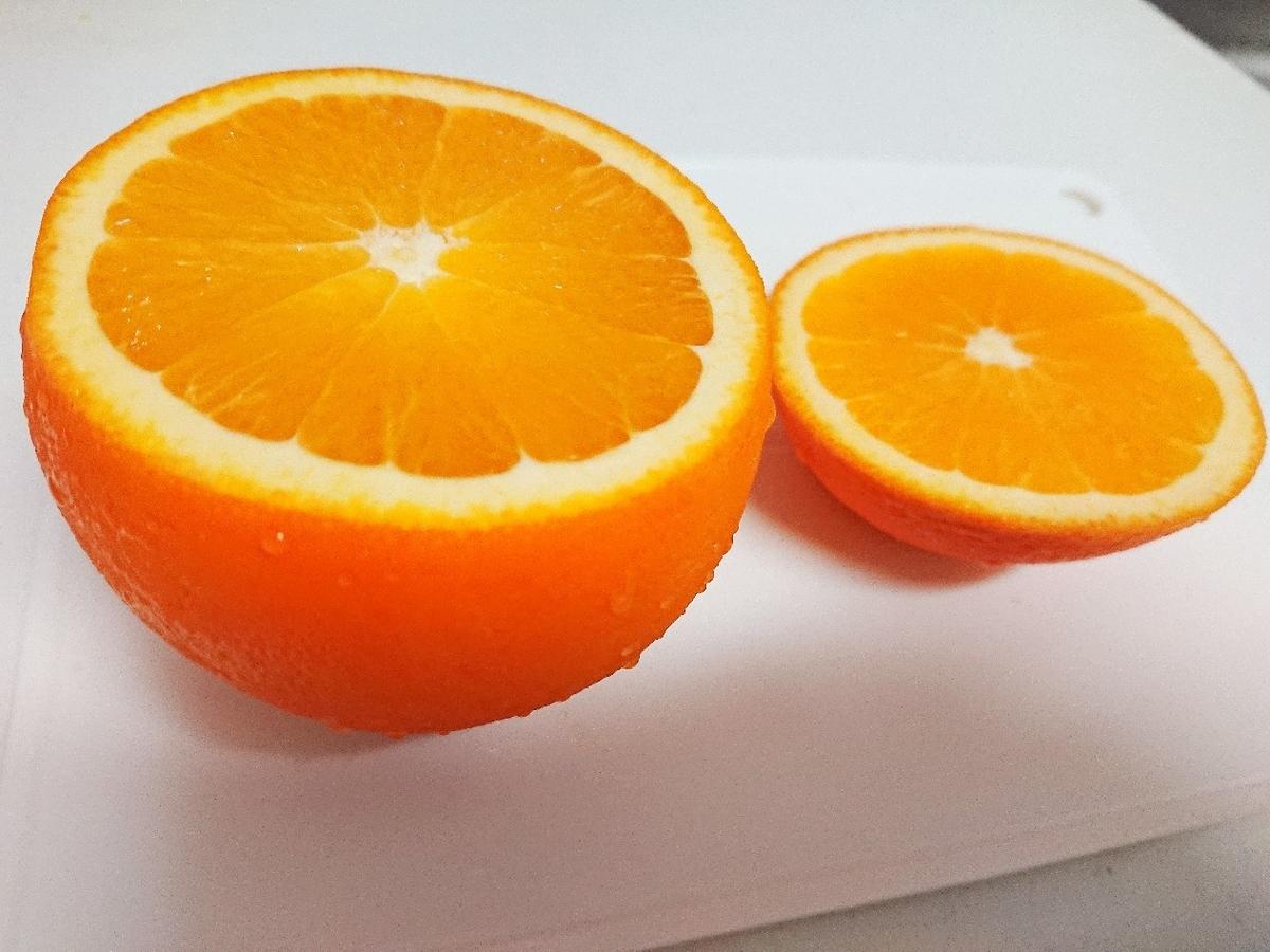 2つに切ったオレンジ