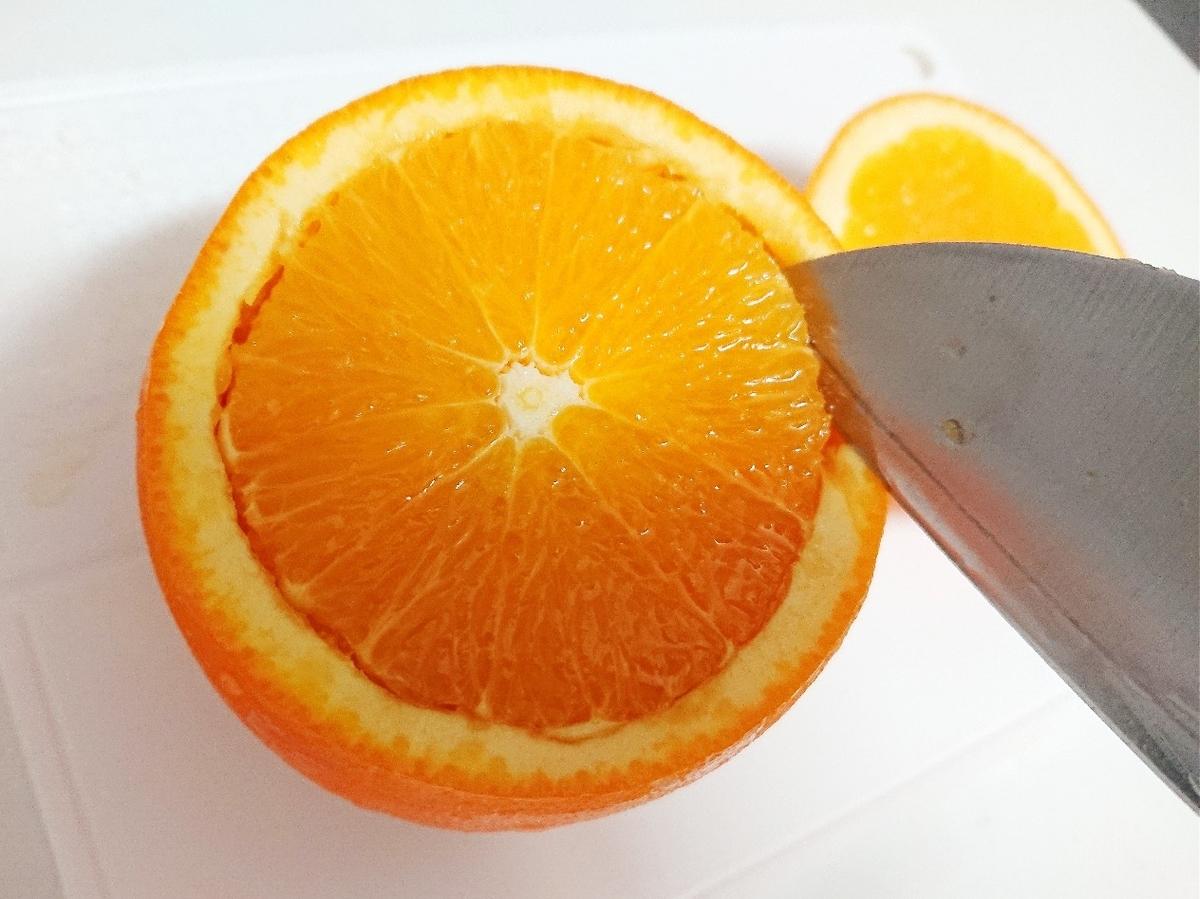 オレンジの外周に包丁で切込みを入れる