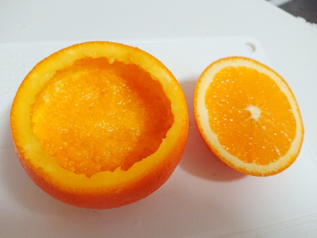 オレンジに果肉の残りをつめる