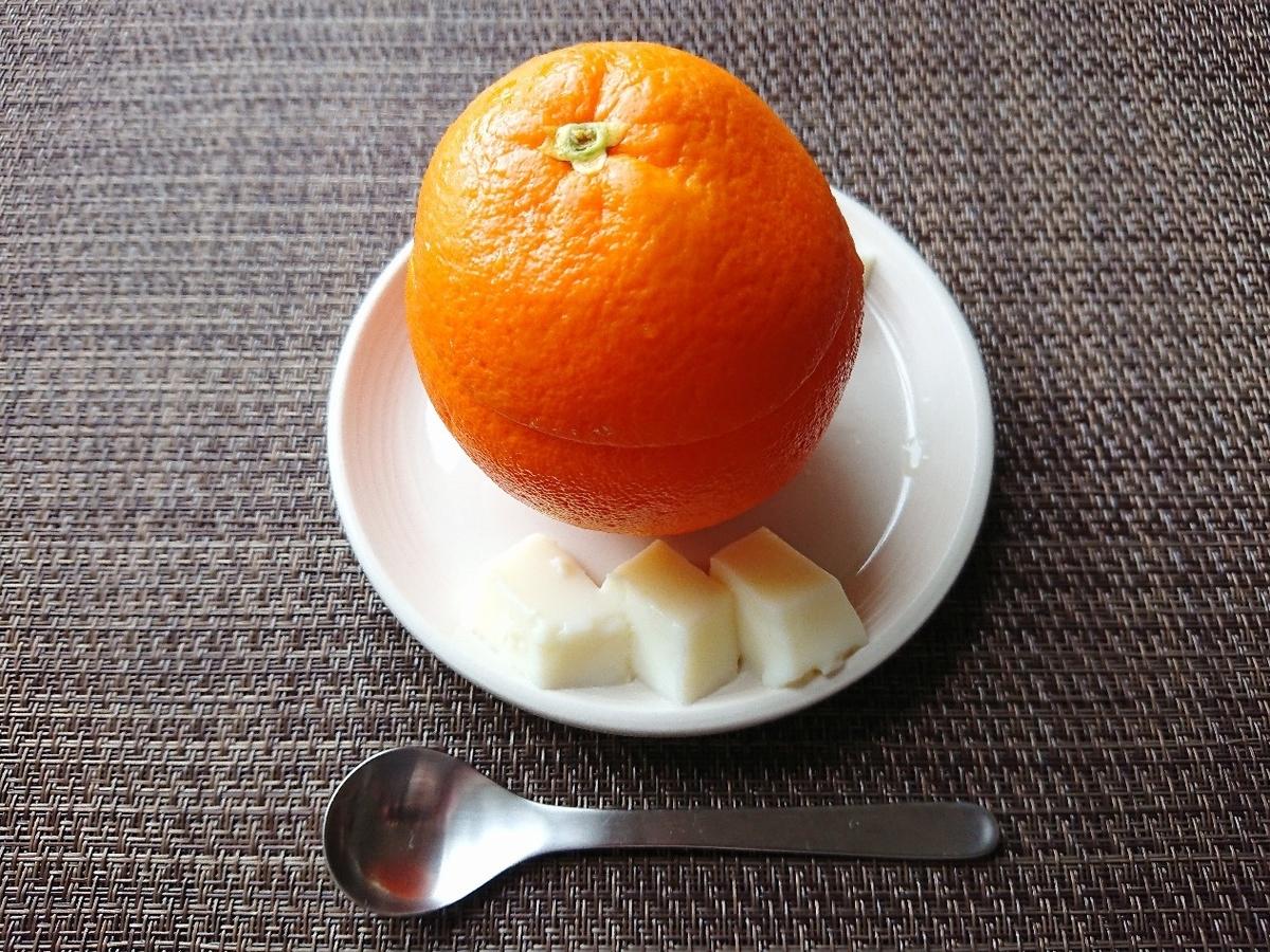 お皿にオレンジがのっている