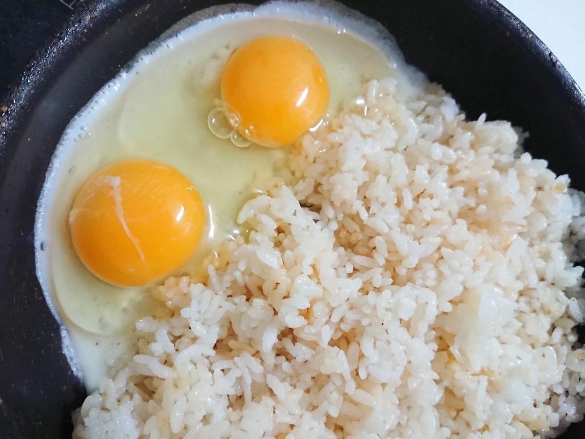 フライパンにごはんと卵