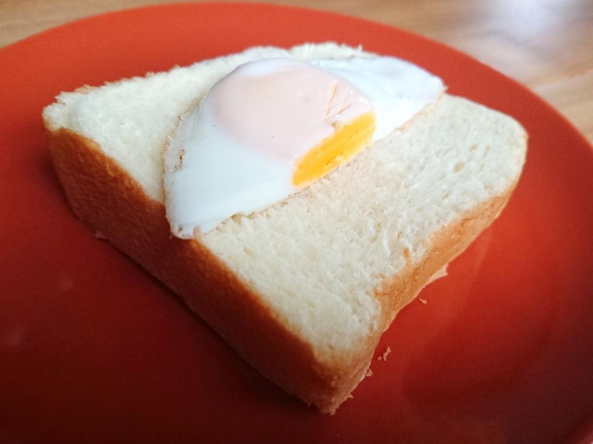 食パンの上に目玉焼き