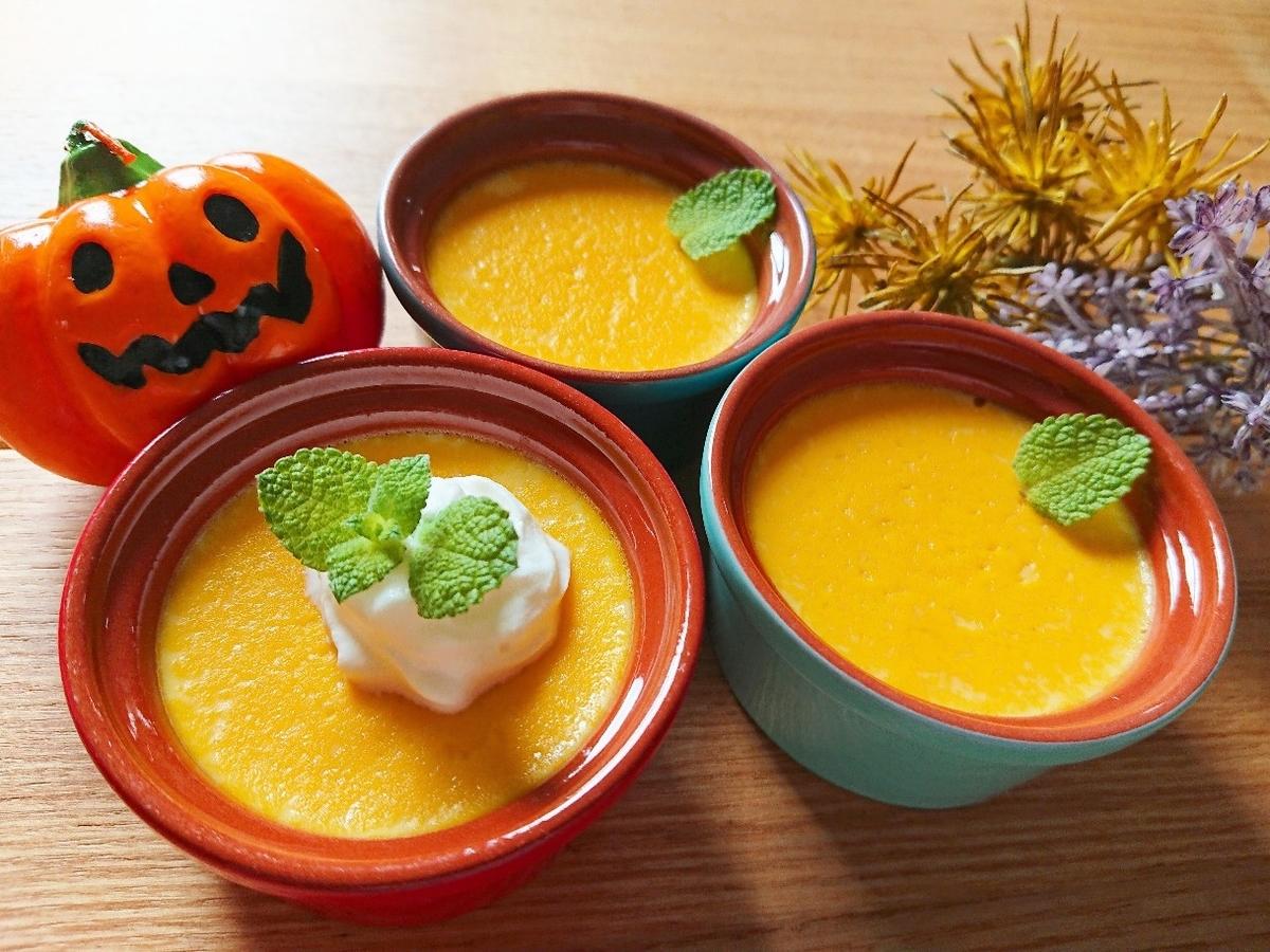 生クリームがのったかぼちゃプリンとハロウィン装飾
