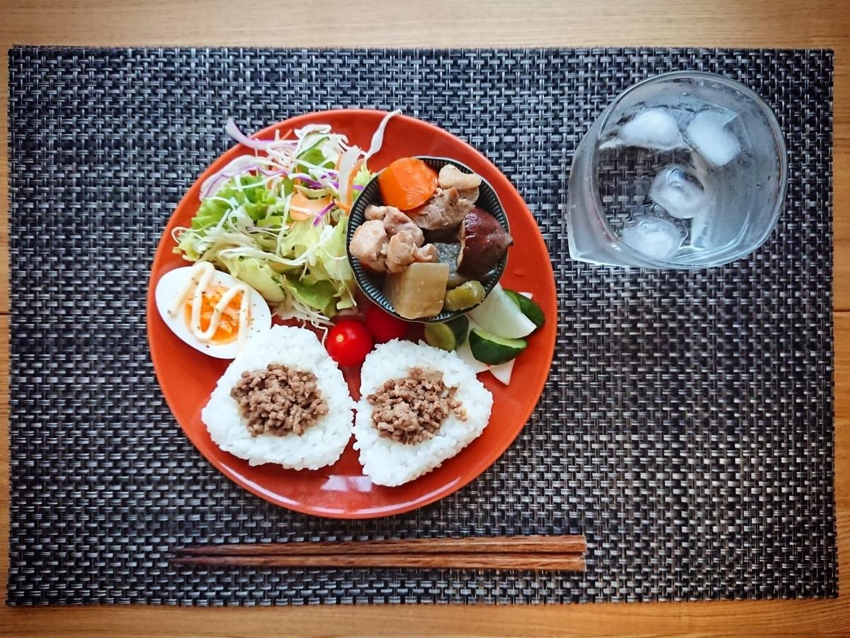 ひき肉がのったおにぎり 煮物 ゆで卵 サラダ 水
