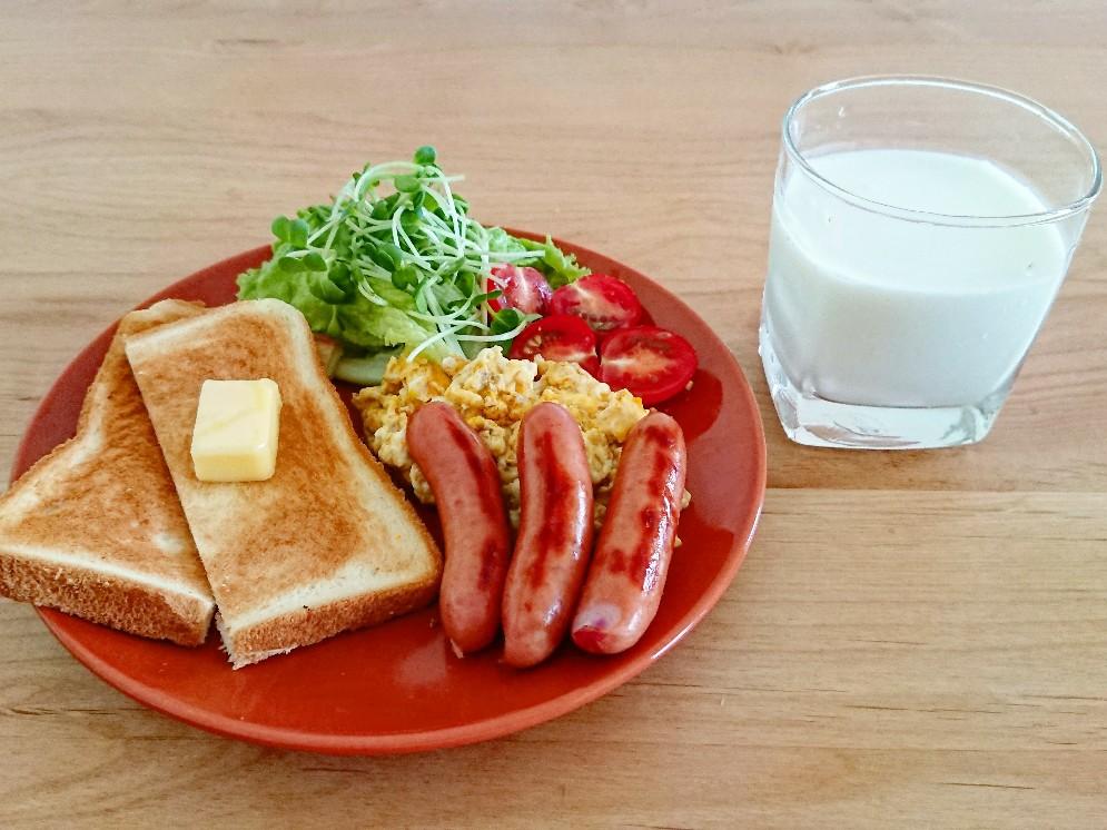 バタートースト ウインナー スクランブルエッグ サラダ