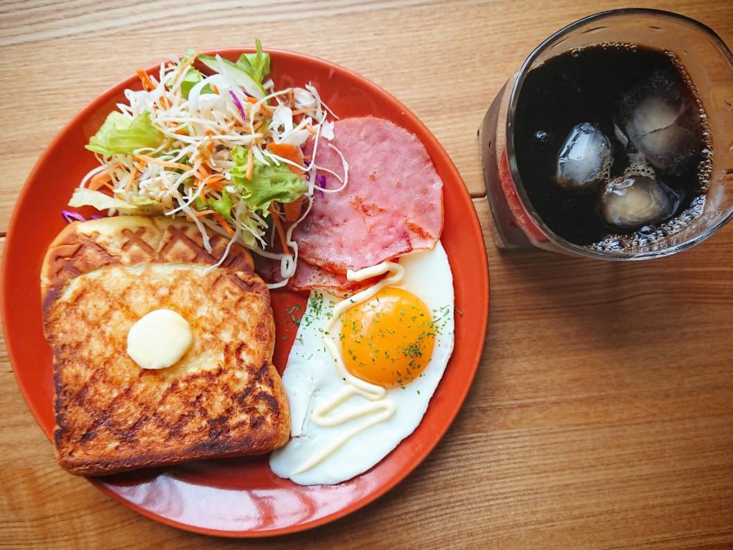 バタートースト 目玉焼き ハム サラダ アイスコーヒー