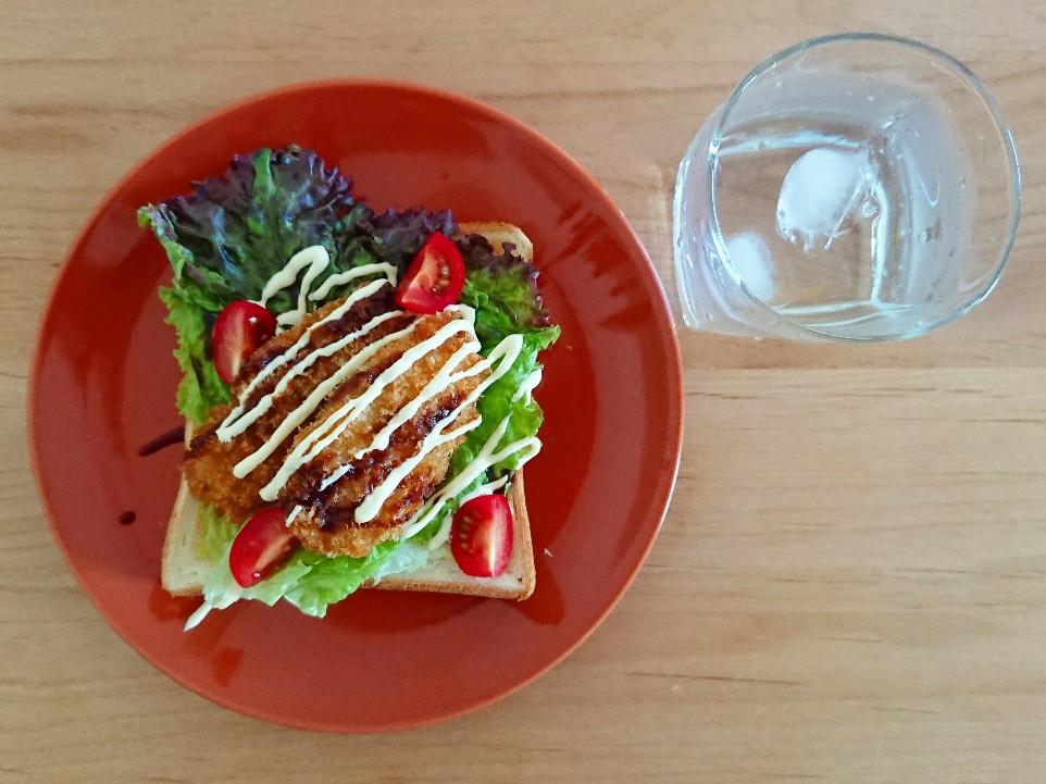 ササミフライと野菜がのったトースト 水