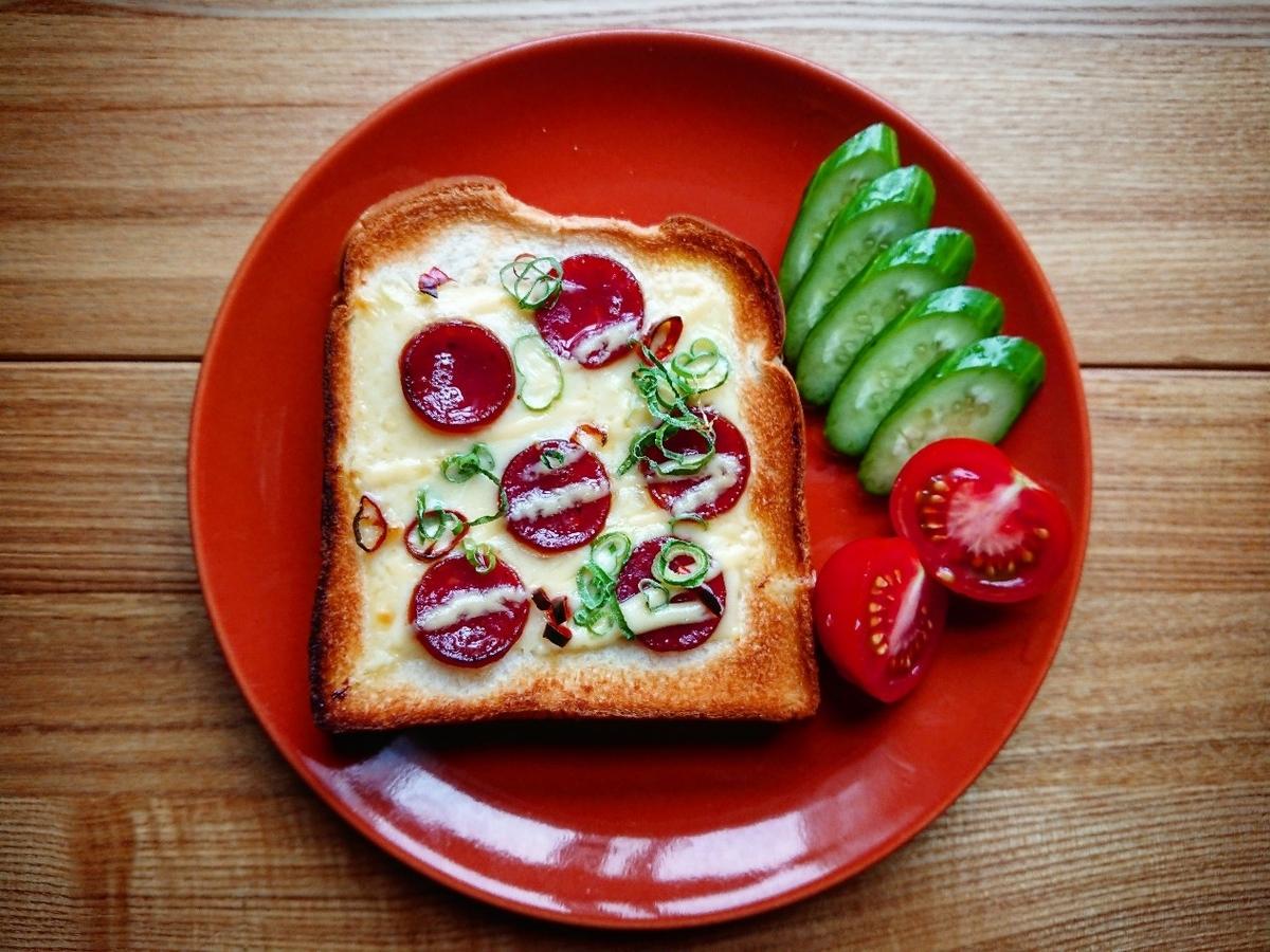 カルパスとチーズがのった食パン