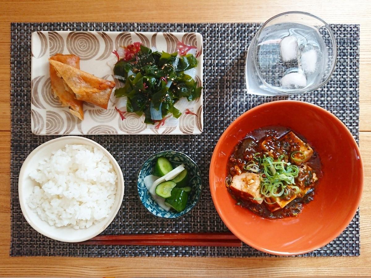 ご飯 麻婆豆腐 春巻き 海藻サラダ 漬物 水