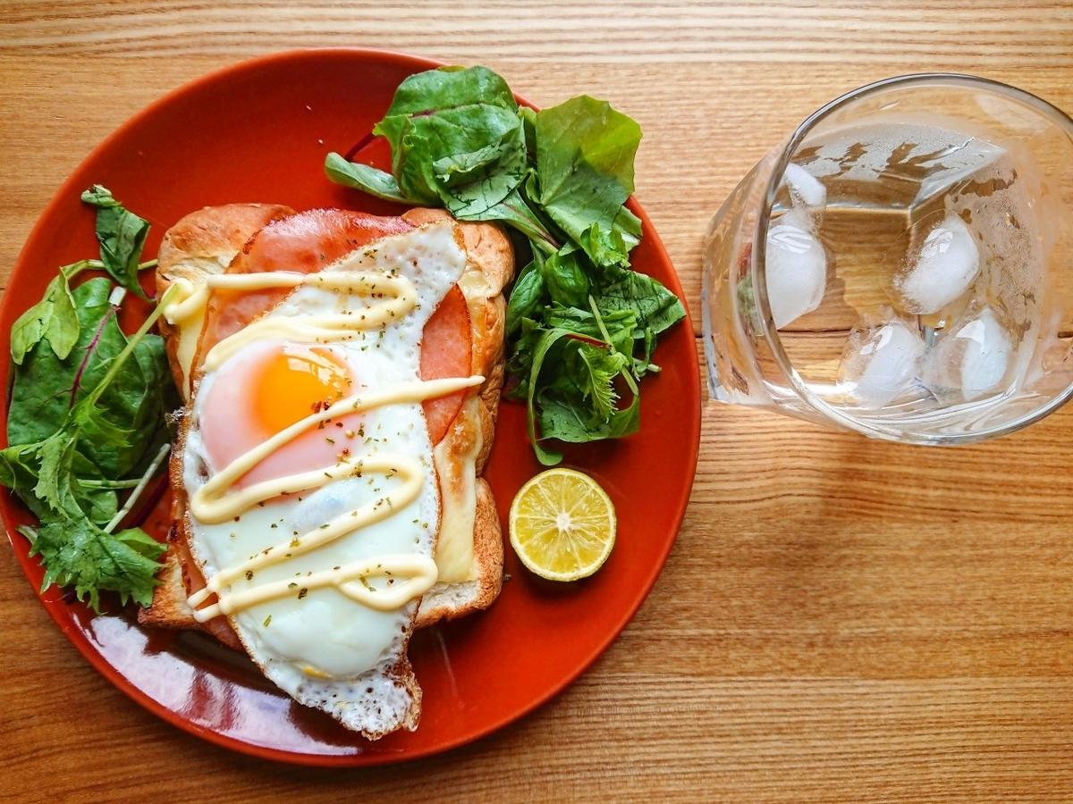 ハムエッグチーズトースト 水 サラダ