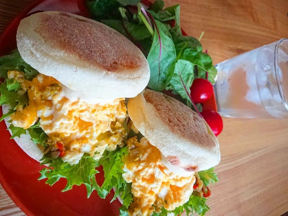 卵が挟まったイングリッシュマフィン サラダ
