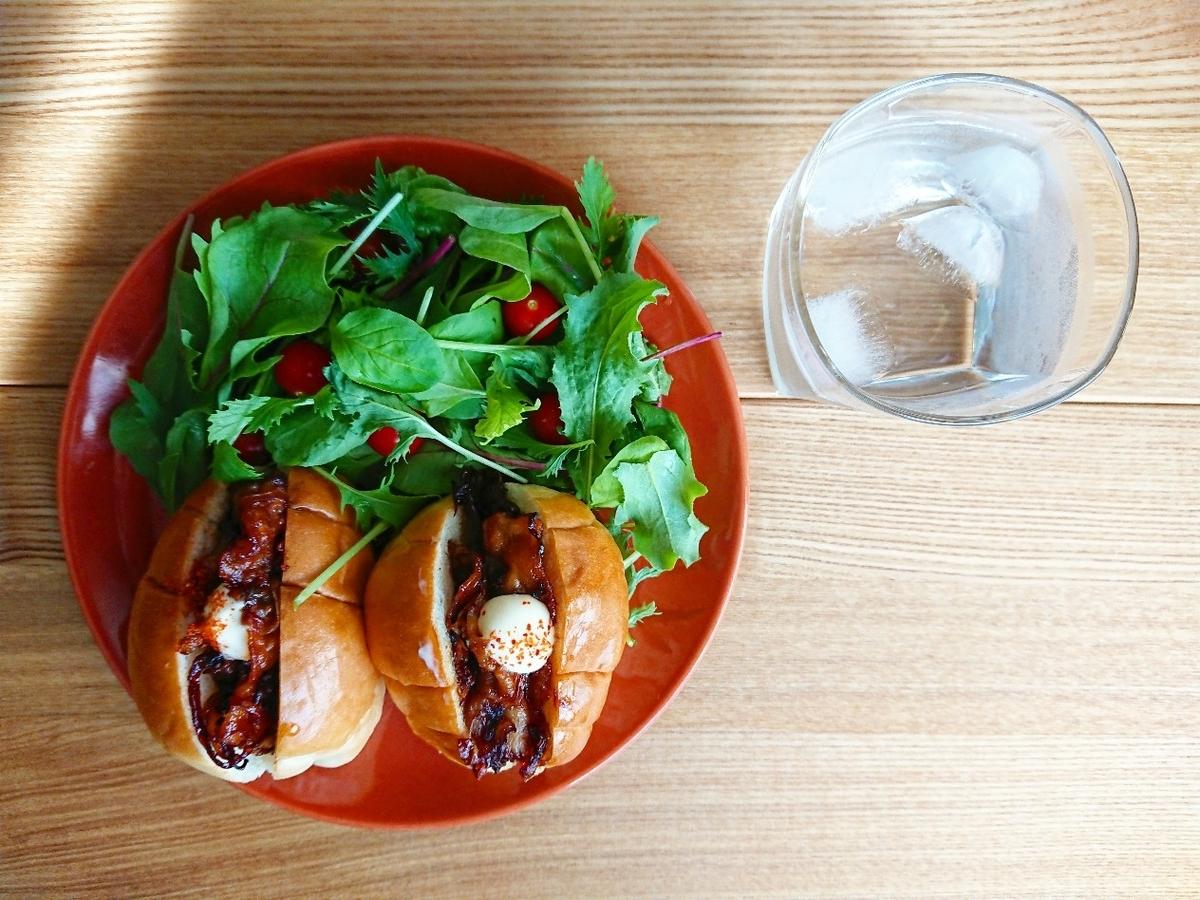 豚のしょうが焼き挟まったロールサンド サラダ 水