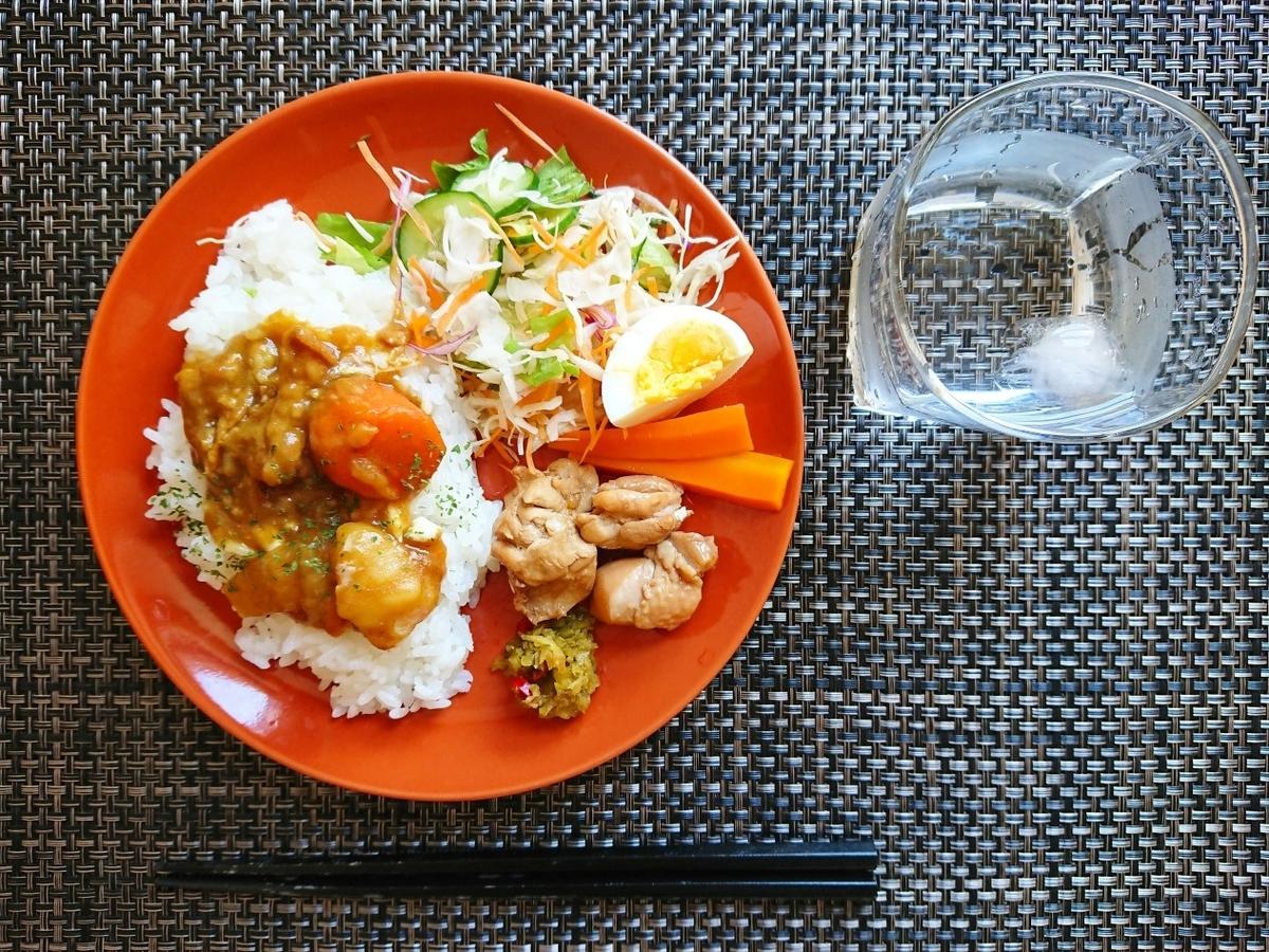 カレーライス 鶏肉 サラダ ゆで卵