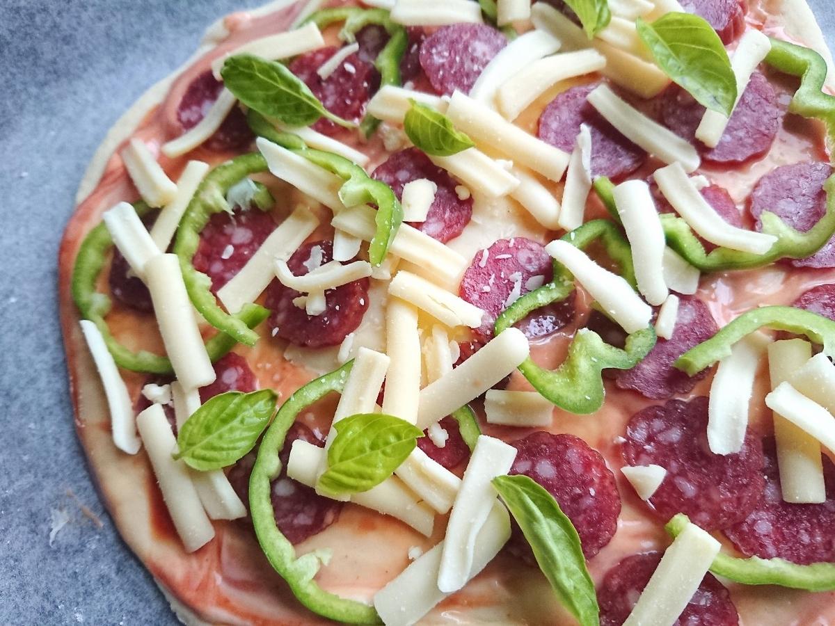 カルパス チーズ ピーマンがのったピザ生地