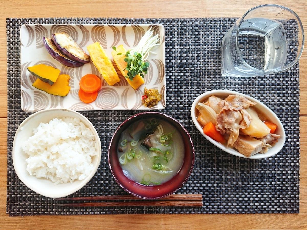 ご飯 お味噌汁 煮物 卵焼き 野菜 水