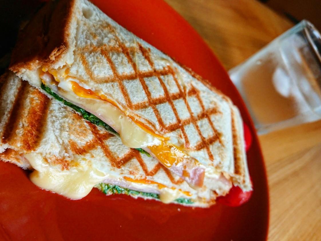 チーズがはみ出ているホットサンド