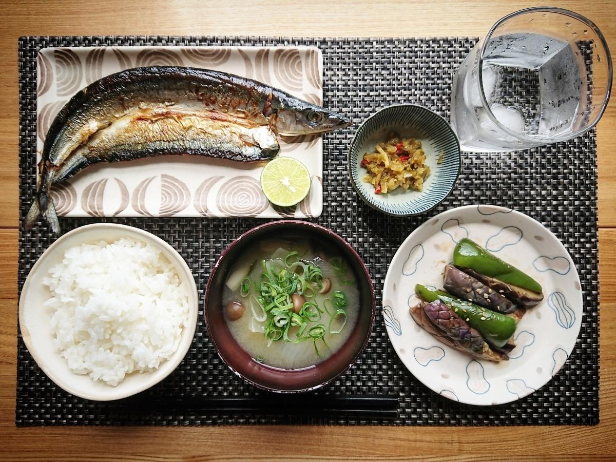 ご飯 お味噌汁 秋刀魚 茄子 小鉢 水