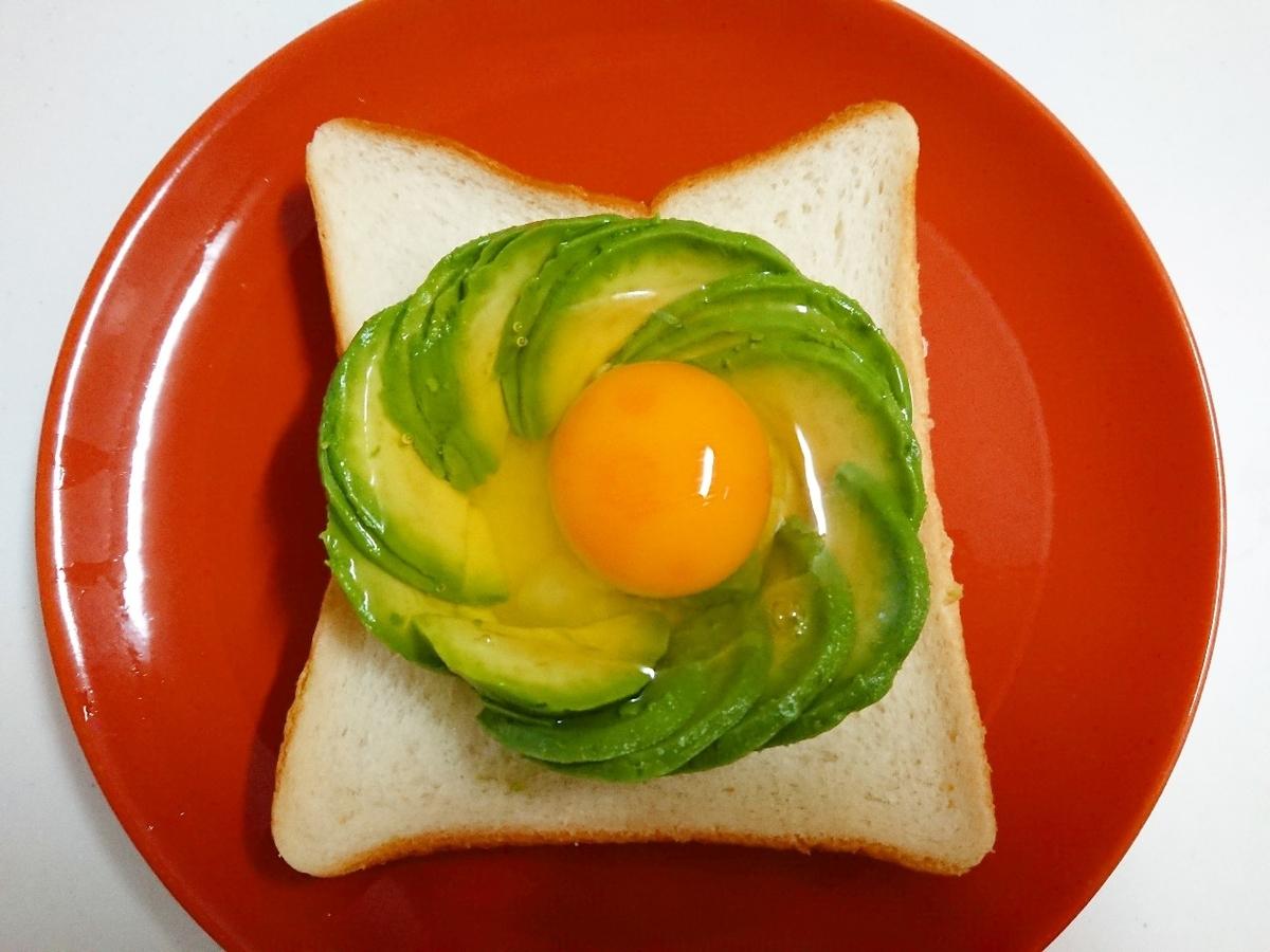 食パンのうえにアボカドと生卵