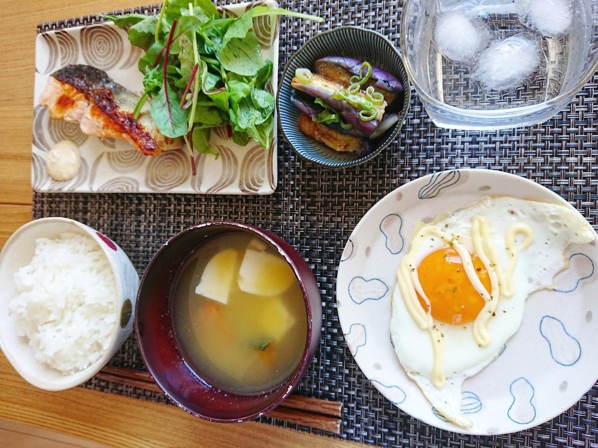 ご飯 味噌汁 焼き鮭 目玉焼き 茄子 サラダ