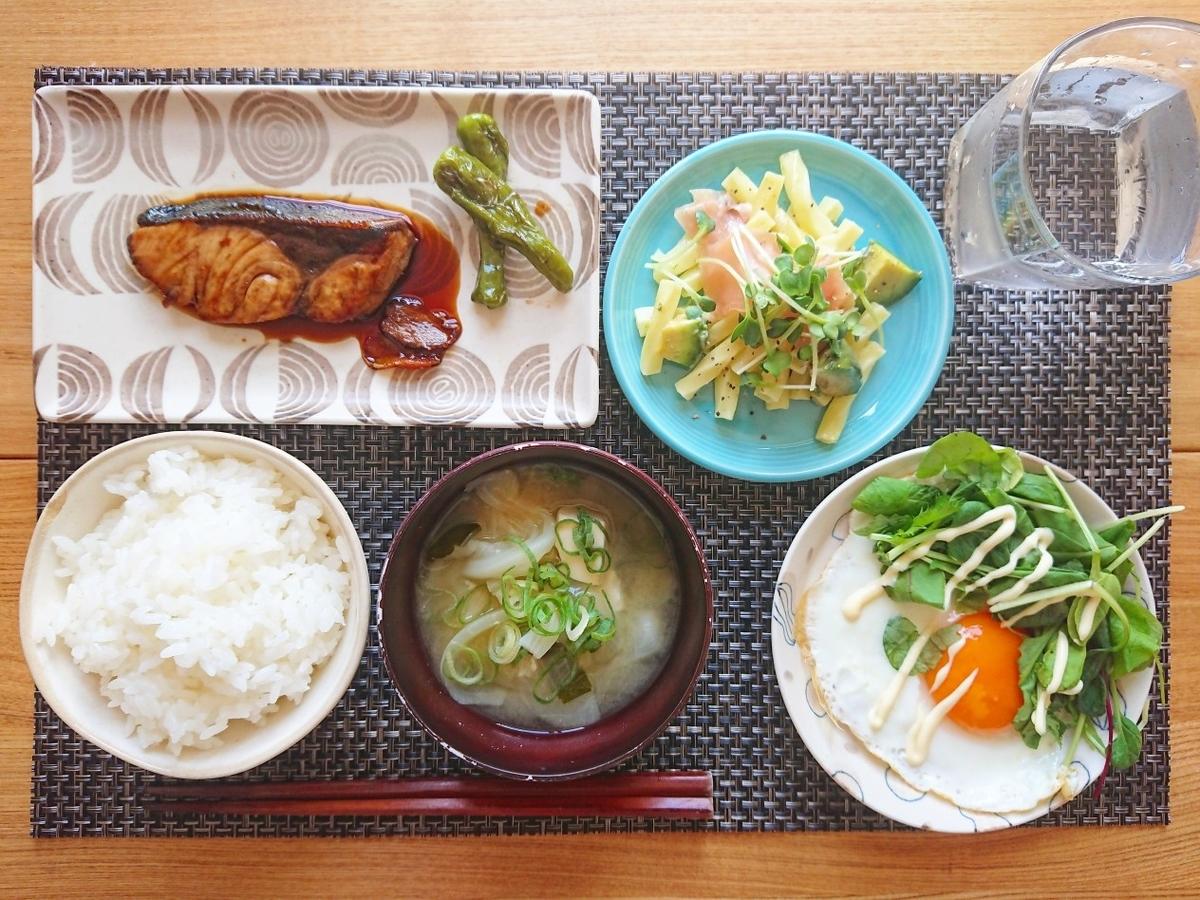 ご飯 お味噌汁 ブリの照り焼き マカロニサラダ 目玉焼き 水