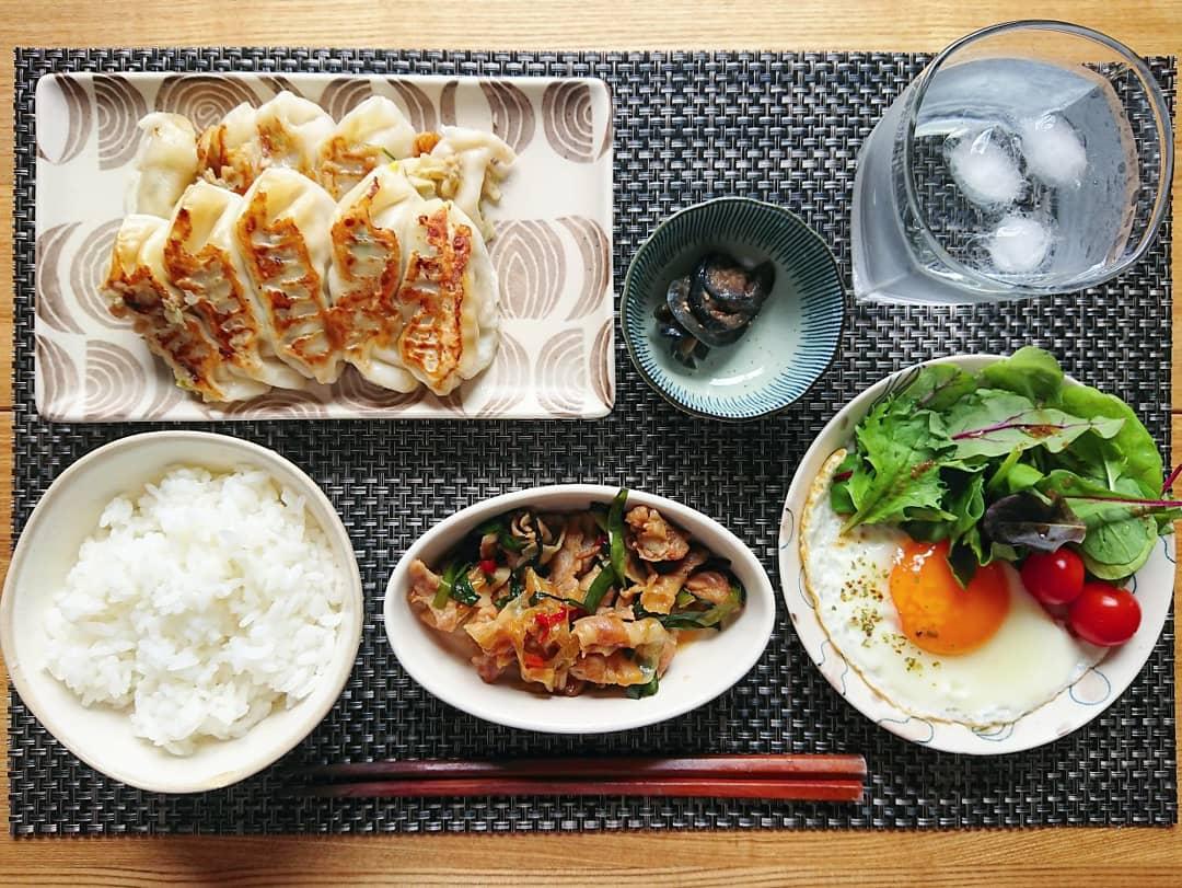 ご飯 餃子 豚バラ炒め 目玉焼き サラダ 辛子茄子 水