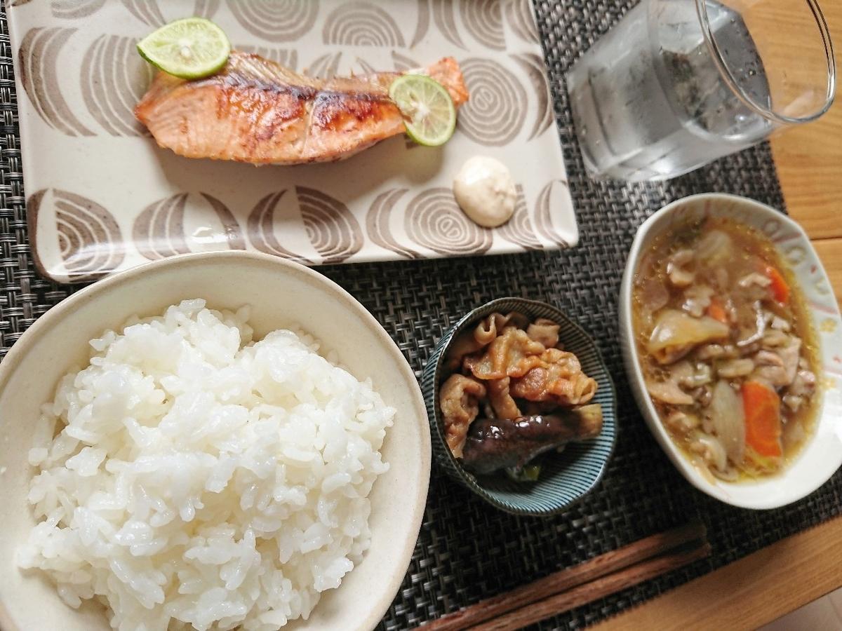 ご飯 焼き鮭 煮物 豚肉と茄子の炒め物 水