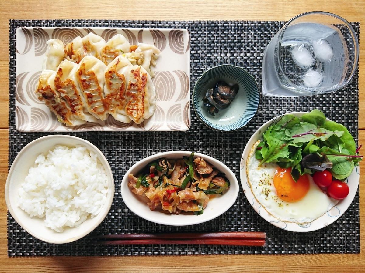 ご飯 餃子 豚バラの炒め物 目玉焼き サラダ 水