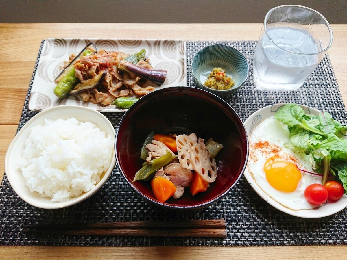 ご飯 煮物 豚肉とししとうと茄子の炒め物 目玉焼き サラダ 水