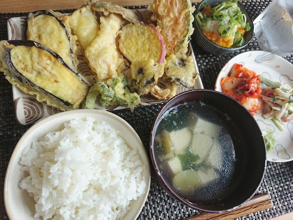 ご飯 お味噌汁 天ぷら盛り合わせ 副菜 水