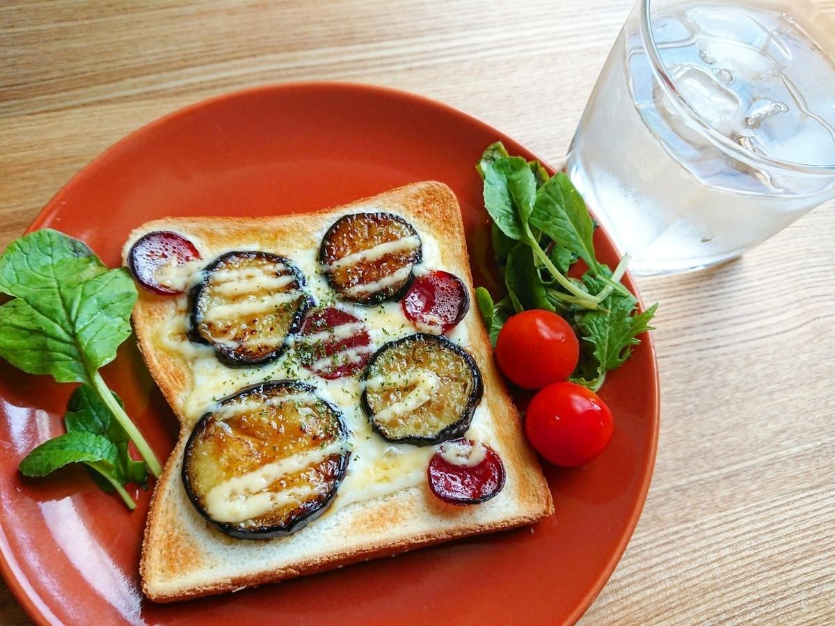 茄子とカルパスのチーズマヨトースト 水