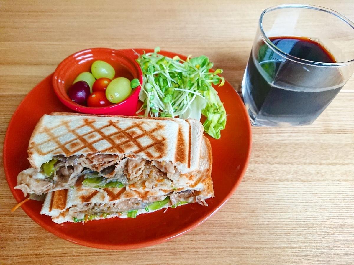 豚肉とピーマンが挟まったホットサンド ぶどう サラダ コーヒー