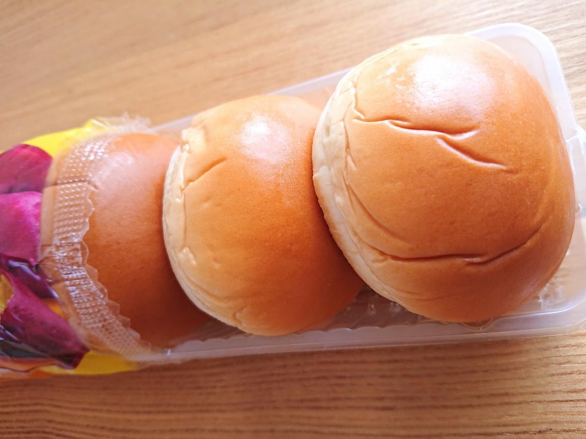 パンを袋から出す様子