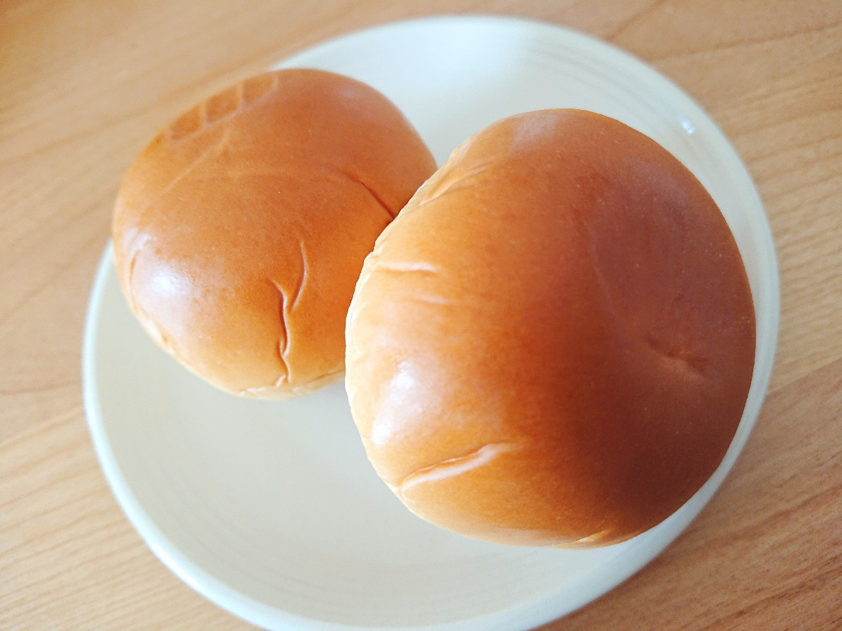 お皿に並んでるパン