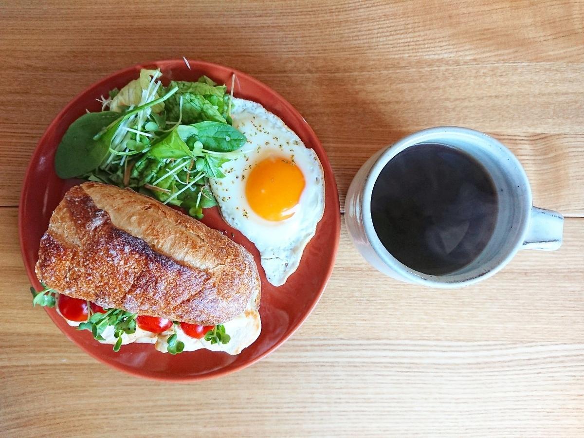 サンドイッチ 目玉焼き サラダ ホットコーヒー