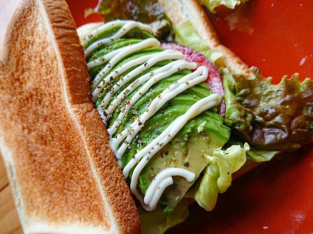 アボカドとソーセージが挟まったサンドイッチ