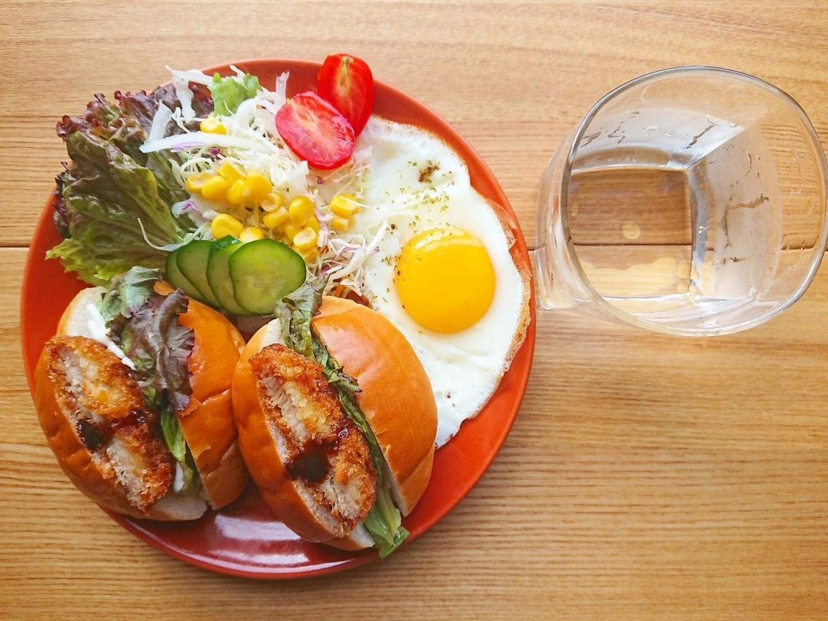 豚ヒレカツロールパンサンド 目玉焼き サラダ
