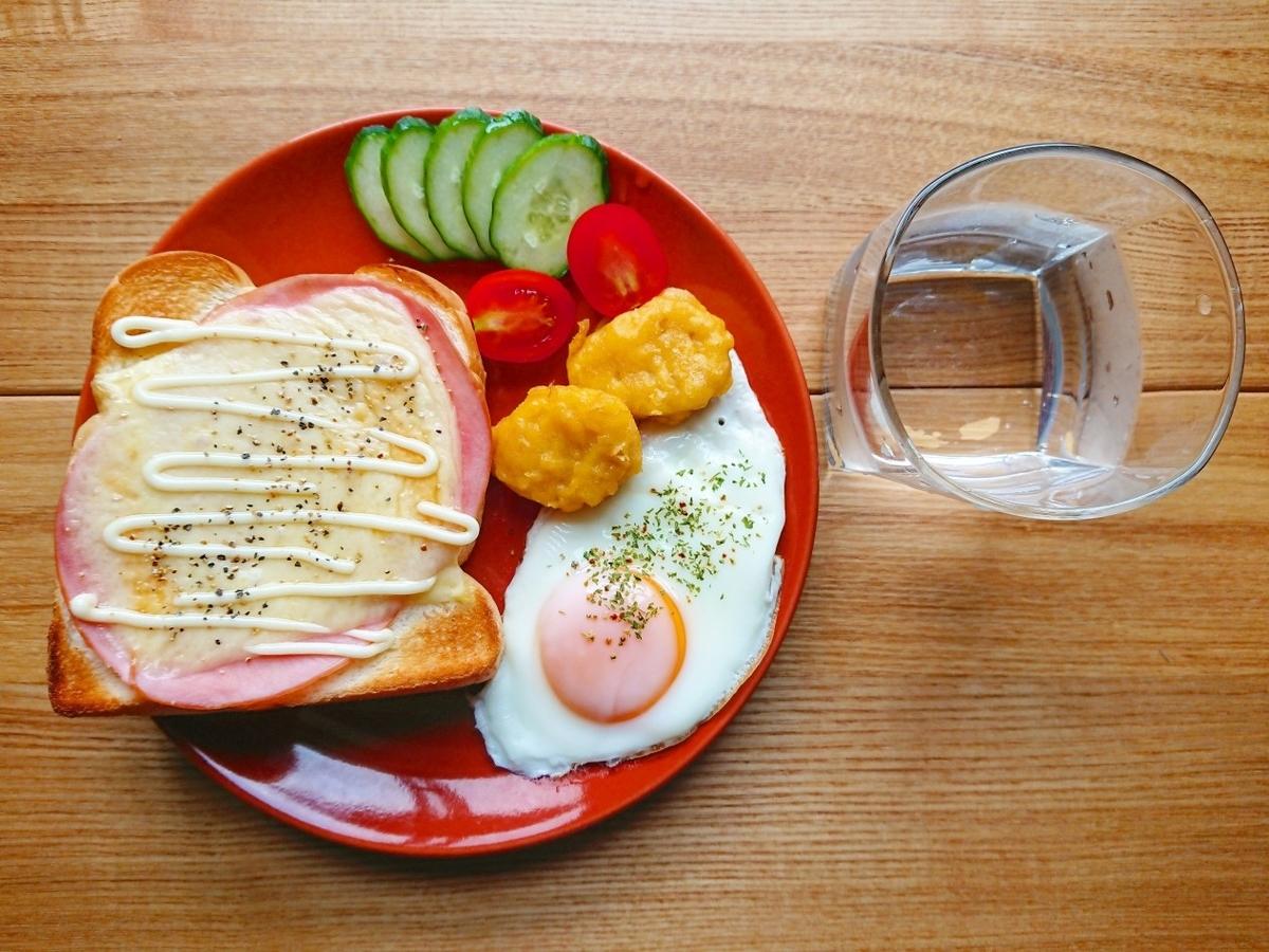 ハムチーズマヨトースト ナゲット 目玉焼き サラダ 水